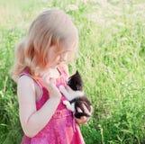 Kleines Mädchen mit Katze Stockbild