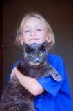 Kleines Mädchen mit Katzehaustier Stockbild