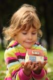 Kleines Mädchen mit kleinem Haus des Spielzeugs in den Händen Lizenzfreies Stockfoto