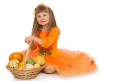 Kleines Mädchen mit Korb Stockfotografie