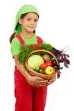Kleines Mädchen mit Korb des Gemüses Stockfotos