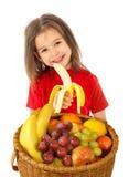 Kleines Mädchen mit Korb von Früchten stockbilder