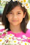 Kleines Mädchen mit Krone der Gänseblümchen Stockbilder
