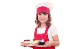 Kleines Mädchen mit Kuchen Stockbilder