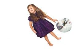 Kleines Mädchen mit Kugel stockbilder