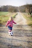 Kleines Mädchen mit Kugel Lizenzfreies Stockbild