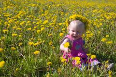 Kleines Mädchen mit Löwenzahn Diadem stockfotografie