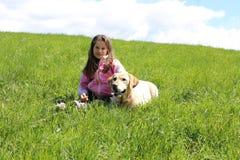 Kleines MÄDCHEN mit Labrador-Hund Lizenzfreie Stockfotos