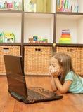 Kleines Mädchen mit Laptop Lizenzfreies Stockfoto