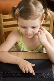 Kleines Mädchen mit Laptop stockfotos