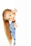 Kleines Mädchen mit leerem Zeichen lizenzfreie stockfotografie