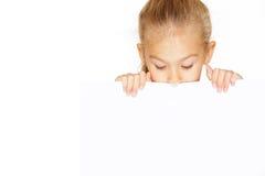 Kleines Mädchen mit leerem Zeichen lizenzfreie stockfotos