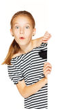Kleines Mädchen mit leerem Zeichen lizenzfreies stockfoto