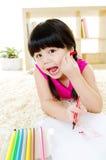 Kleines Mädchen mit lustigem Ausdruck Stockfotografie
