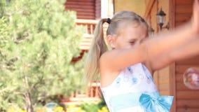 Kleines Mädchen mit lustigem Kind der Seife sprudelt spielerisches helles des Sommers stock video