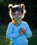 Kleines Mädchen mit Lutschersüßigkeit Lizenzfreie Stockbilder