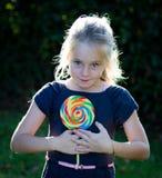 Kleines Mädchen mit Lutschersüßigkeit Stockfoto