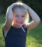 Kleines Mädchen mit Lutschersüßigkeit Stockbilder