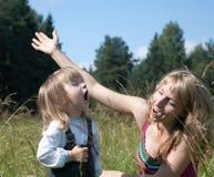 Kleines Mädchen mit Mama singen ein Lied Stockfoto