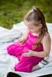 Kleines Mädchen mit Marienkäfer im Park stockfotos
