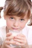 Kleines Mädchen mit Milch Stockbilder