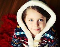 Kleines Mädchen mit mit Kapuze Strickjacke Stockfotografie