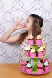 Kleines Mädchen mit Muffins Lizenzfreie Stockbilder