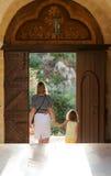 Kleines Mädchen mit Mutter im Kloster lizenzfreies stockfoto