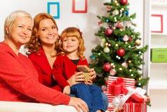 Kleines Mädchen mit Mutter- und Omaöffnung stellt sich dar Stockfoto
