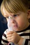 Mädchen mit Inhalationsapparat Stockbild