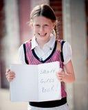 Kleines Mädchen mit Notizbuch - intelligenter Mädchen-Felsen Lizenzfreies Stockfoto