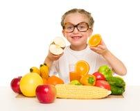 Kleines Mädchen mit Obst und Gemüse Lizenzfreie Stockfotografie