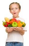 Kleines Mädchen mit Obst und Gemüse auf Weiß Lizenzfreies Stockbild