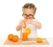 Kleines Mädchen mit Obst und Gemüse machen Saft Stockbilder