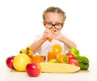 Kleines Mädchen mit Obst und Gemüse machen Saft Stockfoto