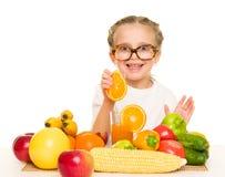Kleines Mädchen mit Obst und Gemüse machen Saft Lizenzfreie Stockfotos