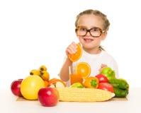 Kleines Mädchen mit Obst und Gemüse machen Saft Stockfotos
