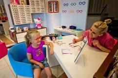Kleines Mädchen mit Optiker Stockfotografie