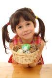 Kleines Mädchen mit Ostereiern Stockbilder