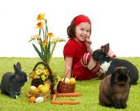 Kleines Mädchen mit Osterhasen Stockfotos