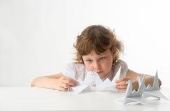 Kleines Mädchen mit Papierkränen Lizenzfreies Stockbild