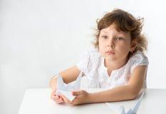 Kleines Mädchen mit Papierkränen Lizenzfreie Stockfotografie