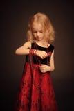 Kleines Mädchen mit Perlen Stockbild