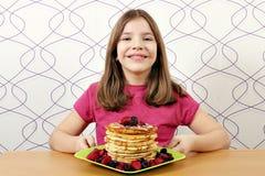 kleines Mädchen mit Pfannkuchen Lizenzfreie Stockbilder