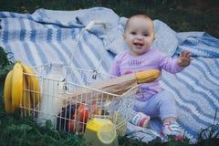 Kleines Mädchen mit Picknickkorb im Sommerpark stockbild