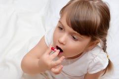 Kleines Mädchen mit Pille Lizenzfreie Stockbilder