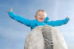 Kleines Mädchen mit Pony lizenzfreie stockfotos