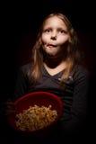 Kleines Mädchen mit Popcorn Stockfotos