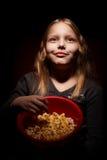 Kleines Mädchen mit Popcorn Stockbild