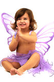 Kleines Mädchen mit purpurrotem Winkel wings das Sitzen und Inspektion Stockbilder